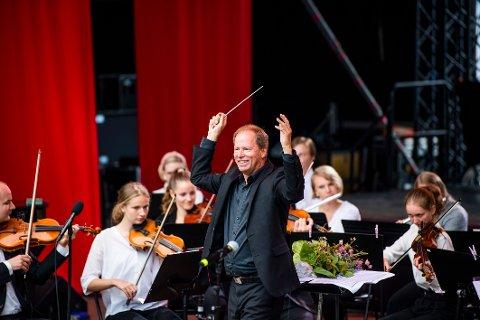 I Røykenvik: Eldar Nilsen og Ungdommens operaorkester fra scenen Halvdan Svarte i 2019.