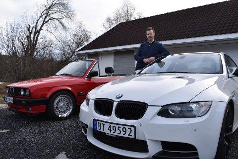 LIVSSTIL: Martin Dalevoll  er over middels interessert i biler. Nå gleder han seg til våren kommer. Da skal han lufte sine to kjæledegger.