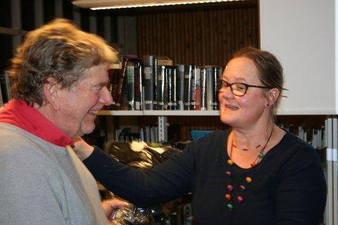 På biblioteket: Både forfatter Cato Andreas Bunkholdt og biblioteksjef Päivi Säreklä var godt fornøyd med arrangementet.