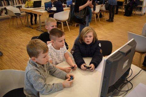 GAME ON: Fra venstre: Benjamin Skjøtskift, Mathias Tønnesen, Marcus Bratteli og Samuel Skjøtskift spiller Mario Kart 8 på den høyteknologiske Nintendo Switch'en.