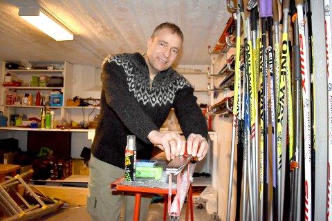 KONTROLL: Morten Lafton både gleder og gruer seg til Vasaloppet søndag. Grunnlaget for gode ski legges i smøreboden i kjelleren.
