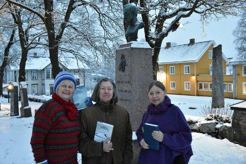 Reidun R. Sørensen, Torill N. Klevmark og Kari R. Alm ved bautasteinen over Vinje