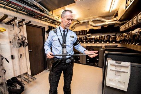 BATONG: Førstebetjent André Almløv jobber i Romerike fengsel avdeling Ullersmo, hvor han også pådro seg en skade fra en batong under en av deres øvelser. Over to år senere, er skaden fortsatt ubehagelig.