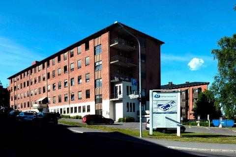 INNLAGT: To unge voksne fra Gjøvik er innlagt på sykehus.