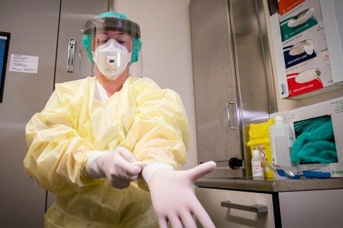 SMITTEVERN: I isolat er dette påkledningen for sykehusansatte, men også på andre avdelinger er det strengt smittevernregime.