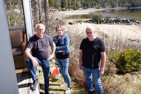 MINDRE BRUKT: Ved Sperillen har Jan Nyhuus (t.h.), Bjørn og Inger Anne Wangen det som plommen i egget. Men manglende muligheter til å tømme toaletter gjør at fritidsplassen blir mindre brukt.