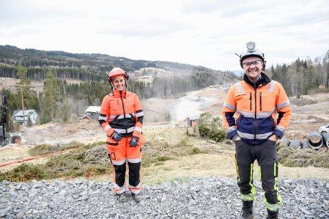 FULLT TRYKK: Gine Løvstad Hegseth og Eirik Lekve Eide foran et område hvor det arbeides for fullt med ny E16 gjennom Jevnaker.