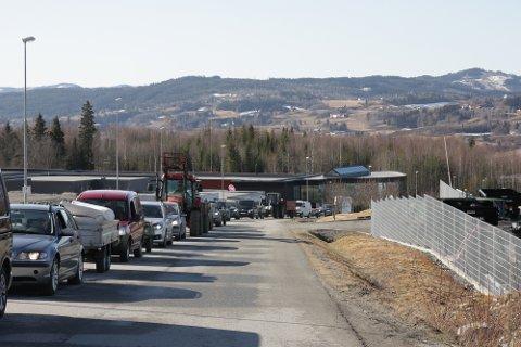 MOHAGEN: Klokken 10 tirsdag morgen gikk køen helt ned til Mohagen bil utenfor gjenvinningsstasjonen på Mohagen.