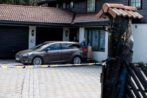 FÅR IKKE KOMME HJEM: Politiet har fortsatt beslag i eiendommene til Tom Hagen. Her kommer etterforskere ut med det som antas er beslaglagte gjenstander fra Hagen-familiens bolig på Fjellhamar i forrige uke.