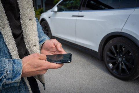 SPORET OPP BILTYVEN: Eieren av denne Tesla-en fulgte den stjålne bilen på en app, og gjorde politiets jobb veldig enkel.