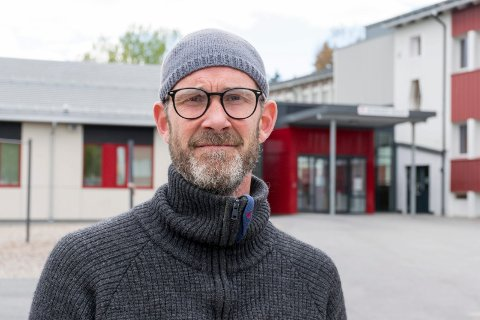 ROS: Svein Kåre Skjelbostad har selv en sønn som er elev ved Jevnaker ungdomsskole. Han er selv lærer og vet hvor vanskelig det kan være å legge opp undervisningen. Han mener lærerne heller fortjener ros for hvordan de gjennomførte hjemmeundervisningen.