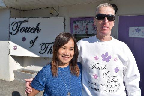 KARIBIA: Ket fra Surat Thani i Thailand og Helge fra Lunner møttes i Karibia. Nå er de gift og bosatt på Gran hvor hun driver med negl og fotpleie.