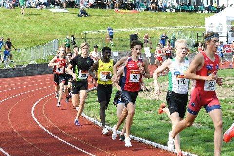 ET KJEMPELØP: Magnus Tuv Myhre (draktnummer 30) fra Jevnaker løp sin klart beste 5.000 meter noensinne lørdag kveld. Dette bildet er fra junior-NM i fjor.
