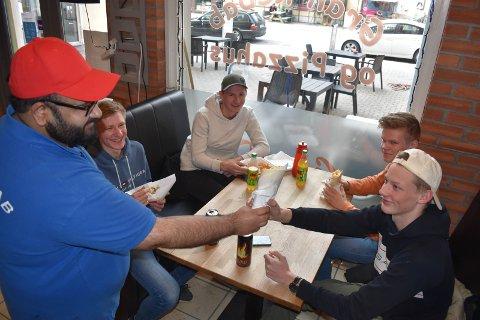 FASTE KUNDER: Kvartetten Oskar Gisleberg (foran fra venstre), Øyvind Ramberg, Håkon Magnus Dammen og Martin Stenberg er glad skolen er i gang. Det betyr lunsj hos Gran Kebab og Pizzahus. Mohammad serverer.