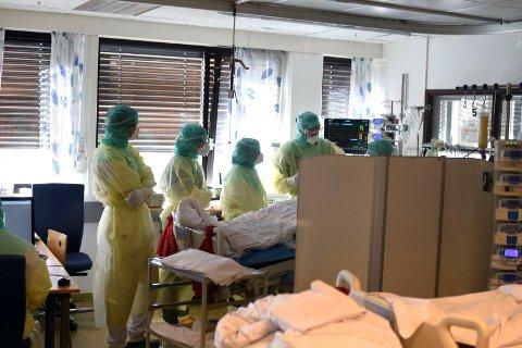 LEGEVISITT: Sykehuset i Vestre Viken har selv tatt bilder fra innsiden av covid-posten på Sørum sykehus som viser personale iført smittevernutstyr  under behandling av koronasmittet pasient.