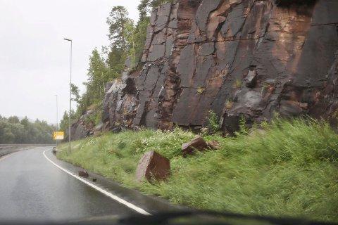 SÅ NÆRE: To store og flere små steiner stoppet like før de kom inn på veibanen da raset gikk på E16 mellom Elstangen og rasteplassen.