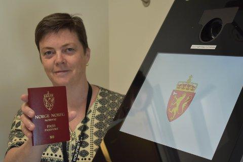 ÅPNER: Tirsdag den 9. juni kan man igjen få nye pass. Rådgiver Jane Dalby opplyser at folk må bestille time på nett.