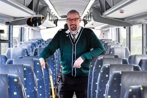 KORONA- UTFORDRINGER: Kun halvparten av setene kan bli brukt av passasjerer under korona. Kim Andre syntes det er trist å kjøre fra folk på holdeplassene.