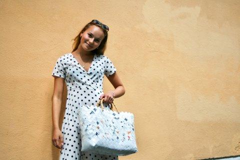 FORNØYD: Amalie Driveklepp flettet en veske av potetgullposer og ble veldig fornøyd med resultatet. Kjolen er også gjenbruk av et gammelt plagg hun har redesignet til å passe henne.