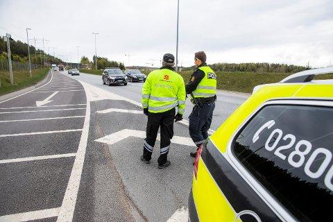 Politiet fikk ikke ha trafikkontroll i fred i Eidsvoll onsdag kveld. Dette bildet er fra en tidligere trafikkkontroll ved Taraldrud kontrollstasjon på E6 i 2019. Illustrasjonsfoto. Foto: Håkon Mosvold Larsen (NTB scanpix)