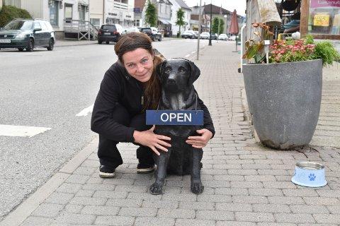 TROFAST: Rottweileren utenfor dyrebutikken Lassie og Garfield på Gran har stått på post i 20 år. Matmor Anette Mortensen Johansen er rørt over omtanken som folk viser.