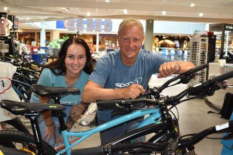 SELGER: Karoline Emilie Kjensberg og Trond Erik Brunsæl på Sport 1 Hadeland er fornøyd med salget av elsykler denne sommeren.