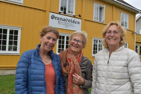 FOTSPOR: Bitte Blom-Bakke (til venstre), Berit Iversøn og Wera Grand Haukenæs fra Skien ønsket å bo på samme sted som statsminister Erna Solberg. Derfor endte de opp på Granavolden Gjæstgiveri.