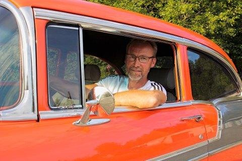 STOLT BILEIER: Freddy Klevengen (54) kan stolt vise fram sin Chevrolet Bel Air fra 1956. Det er har gått med mange timer på restaureringsarbeid på denne perlen.