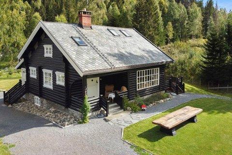 TIL SALGS: Denne hytta er til salgs for 4,3 millioner kroner, inkludert fire mål tomt.