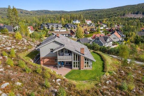 TIL SALGS: Anne Langmoen Nilsen og Bjørn Haakenstad Nilsens hus på Harestua er lagt ut for salg.