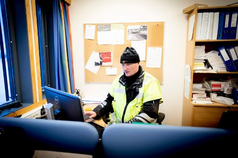 KONTROLL: Kontrolleder i Statens vegvesen, Bjørn Uno Rogneby, avdekket flere straffbareforhold under kontroller på Varpet og Nittedal  forrige uke.