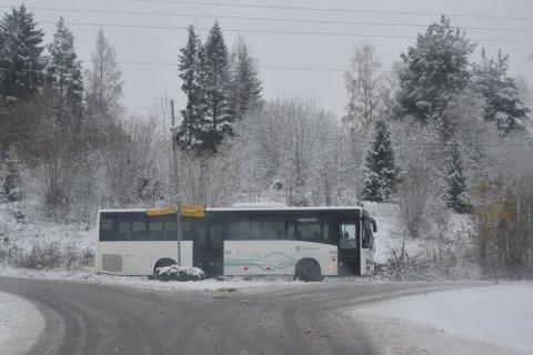 SNØFØRE: Tirsdag var det snøføre på Hadeland. Her er én av bussene til Trønderbilene i trafikk på Grindvoll.