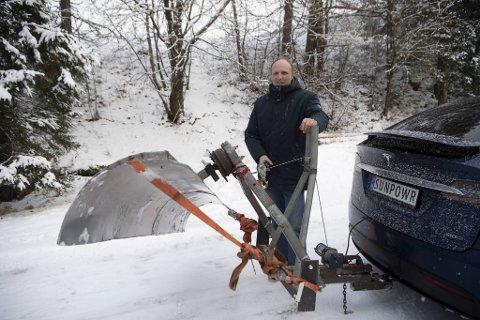 Hans Jørgen Tuft har gjort Teslaen sin om til brøytebil.