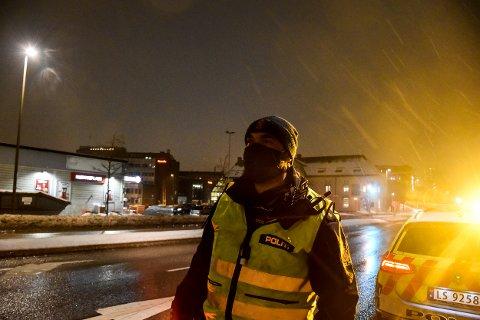 Politiet holdt fartskontroll i Kreftings gate lørdag kveld. I den forbindelse tok de i bruk oransje lys.