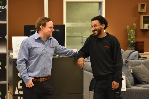 FORNØYD: – Dawit får de beste skussmål av meg. Han fortjener 100 prosent jobb, sier varehussjef ved Skeidar på Gran, Thomas Eriksen (til venstre).