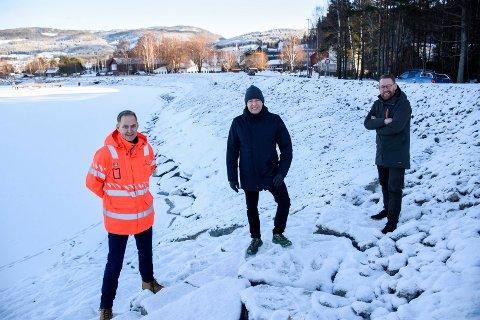 HER SKJER DET: Pål-Steinar Karlsen, Morten Lafton og Erling Kristiansen er glade for at det nå blir strandpromenade på Jevnaker.