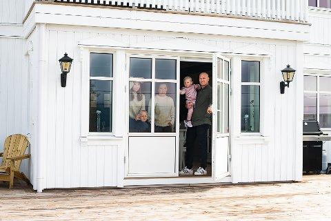 ISOLERT: Bjørn-Ola Berget og Astrid Morstad Berget var de første innbyggerne i Gran kommune som fikk påvist korona. Her er det sammen med resten av familien: Hedda (16), Oliver (5) og Nora (2). Bildet ble tatt i forbindelse med fotoprosjektet «Sammen Hadeland 2020».