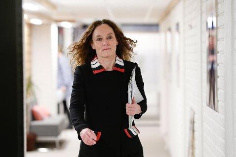 Camilla Stoltenberg fra FHI ankommer pressekonferanse om AstraZeneca-vaksinen.