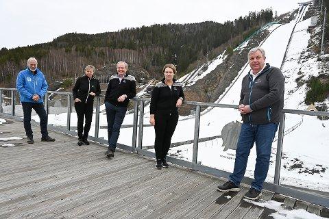 GLEDER SEG: Terje Bråthen, Tone Kjemperud Kristiansen, Per Bergerud, Ine Finsrud og Bjørn Espen Hovde gleder seg stort til å få på plass zipline i bakken - og de tar gjerne en prøvetur selv.