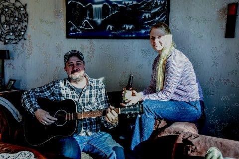 ØL OG MUSIKK: De lokale TV-stjernene Kristian og Monika Gulheim satser på øl og countrymusikk i beste «Norske Rednecks»-stil.