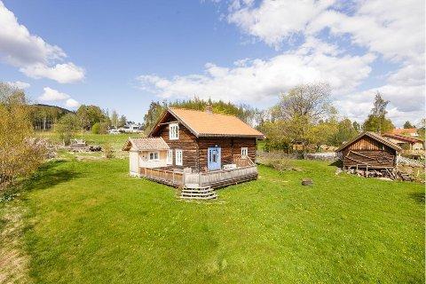 IDYLLISK STED: Astrid Sandbu har lagt ut denne eiendommen i Jevnaker for salg.