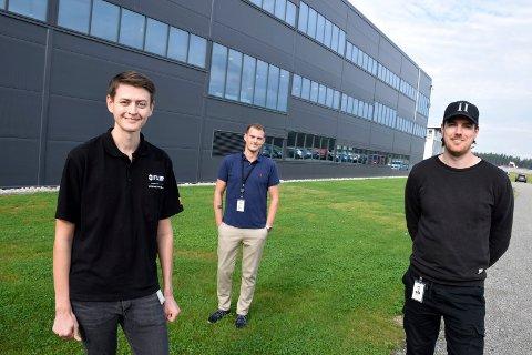HOLDER STAND: Lars Kristiansen (i midten) hadde over 200 søkere til de ledige jobbene i Flir i fjor. Didrik Bjerkås (til venstre) og Frank Antonsen er to av de utvalgte. I vår klarte bedriften å unngå permitteringer.