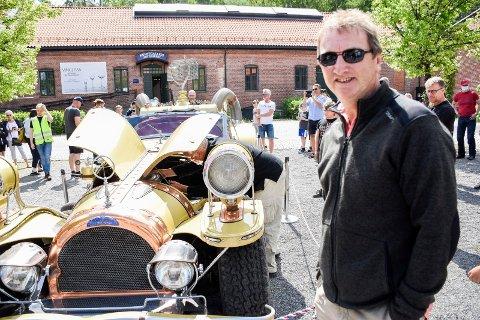 VED FILM-BILEN: Morten Nordvik ved bilen han lot seg inspirere av.