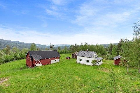 SMÅBRUK MED HISTORIE: Dette småbruket ligger ute for salg i Bjoneroa.