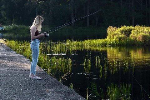 KURS: Fiskekurs for jenter i alle aldre i regi av Lunner jeger- og fiskeforening.