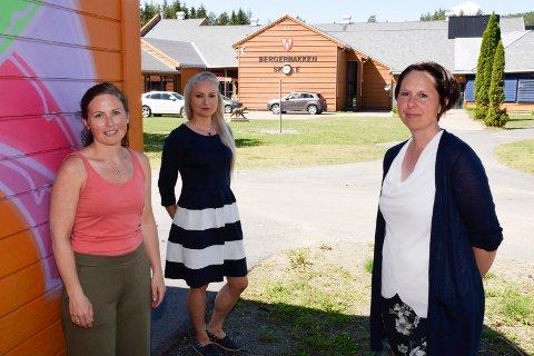 EKSTRAHJELP: Katie Mann, Cassandra Mood Hummel og Lene Skoglund Lerum er mest bekymret for konsekvensene nedskjæringene vil ha for elever som trenger ekstra hjelp.