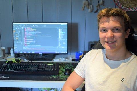 PROGRAMMERING: Alexander Rathke Johansen fra Harestua er over middels god på data og programmering.