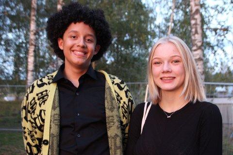 Korister: Gianmarco Korsvold og Aurora Vindorum Høiland går på musikklinja ved Hadeland videregående skole, og skal kore sammen med Wenche Myhre ved kveldens forestilling. - Hun er kjempemorsom, er de begge enige om, og sier de har øvd masse og har full kontroll i forkant av forestillingen.