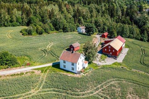 BELIGGENHETEN: Hytten gård ligger i Leikvinvegen, med vestvendt utsikt over Roa.