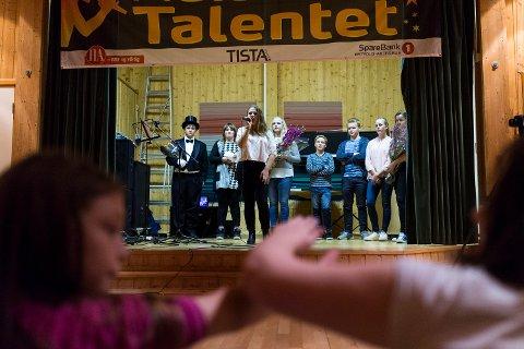 Vinnerlåta: Nora Junett Nomell sang sin låt, «Stitches» av Shawn Mendes, en gang til da hun ble kåret til semifinalist fra Aremark skole.
